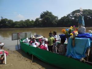 A orillas del rio Cauca. La Rv Maria Teresa  con las niñas de la Comunidad, en una actividad celebrativa.