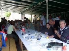 Terminada la Eucaristía,la abuela Gladys madre del novio, nos preparó un delicioso almuerzo, para todos los invitados.Le ayudaron a servir las tias Ninfa, Cecilia y los muchachos.